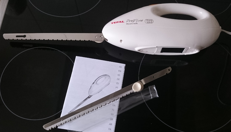 elektromesser von Tefal mit den beiden Klingen und der Bedienungsanleitung (1 kleine Seite in deutscher Sprache)